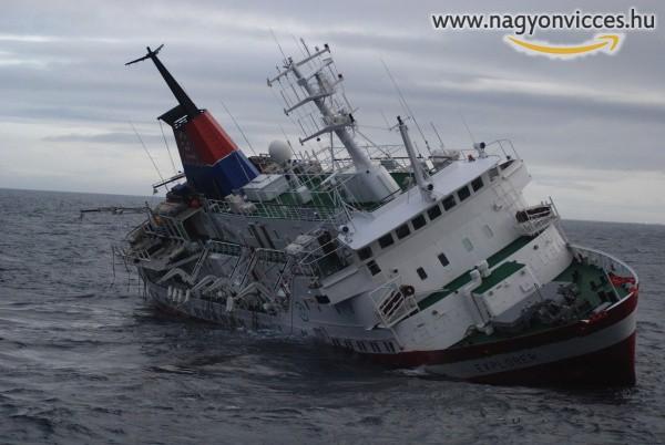 Szőke nő és a süllyedő hajó