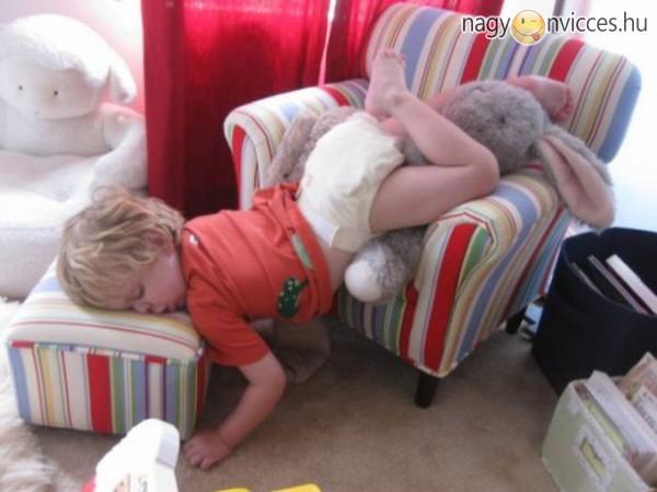 Egy fáradt gyerek bárhol elalszik