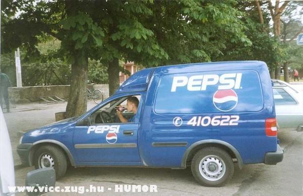 Coca-t iszik a Pepsis ember