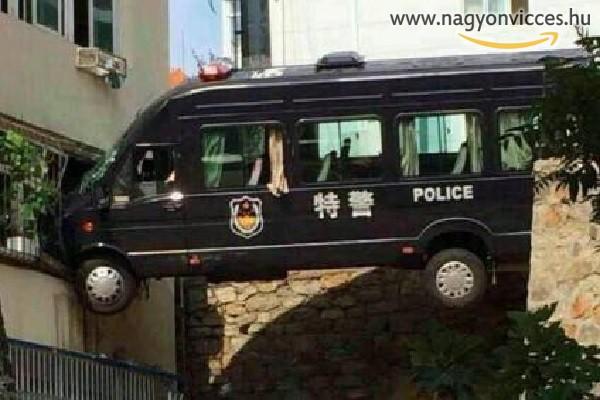 Beszorult rendőrautó