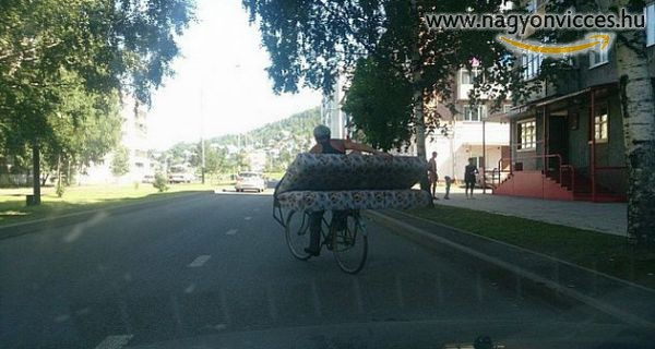 Biciklivel is lehet ágyat szállítani