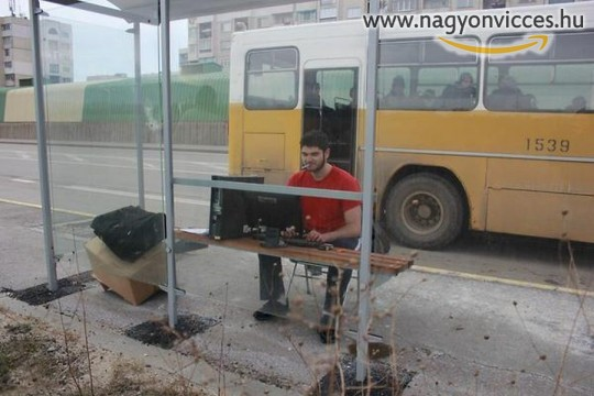 Dolgozni a buszmegállóban is lehet