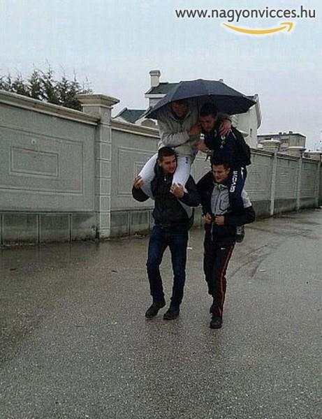 Így fér el négy ember egy esernyő alatt