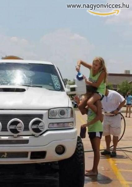 Így kell egy óriási autót lemosni