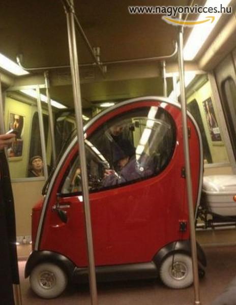 Kicsi kocsi a metrón