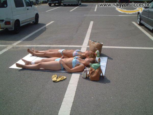 Napozás a parkolóban