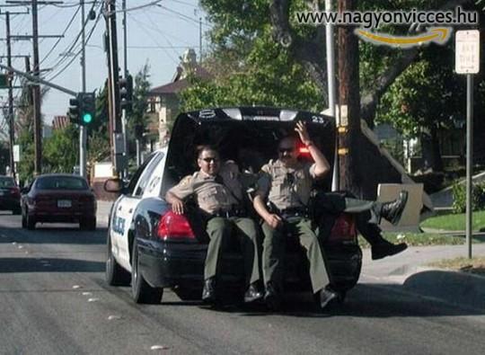 Rendőrök hűvösön