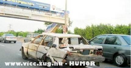 Repeszt a kocsi a sztrádán