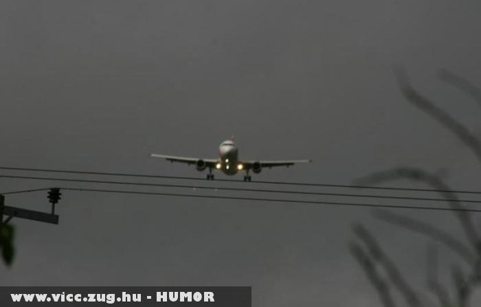 Repülõ a vezetékek felett
