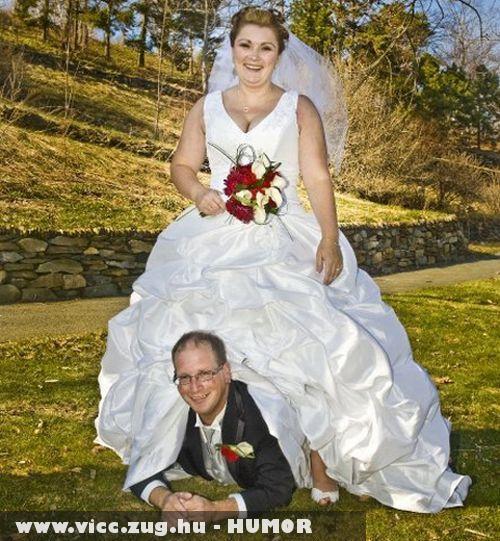 A jó férj az asszony lábai elõtt hever