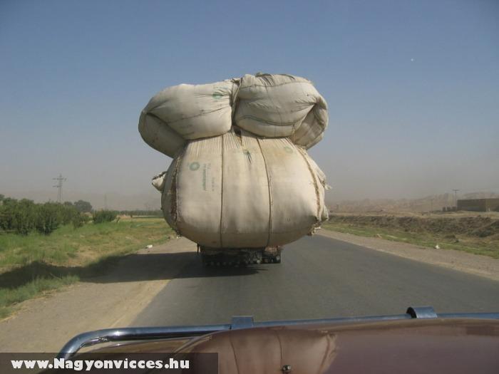 Megpakolta a teherautót