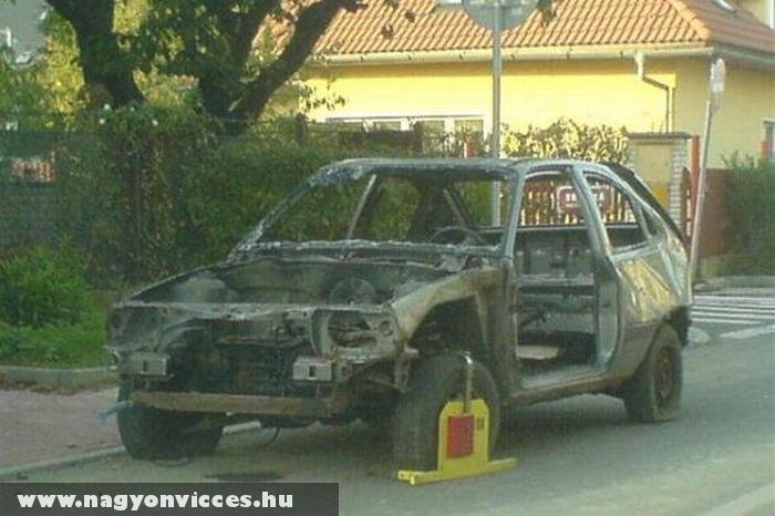 Kerékbilincs a kiégett autón