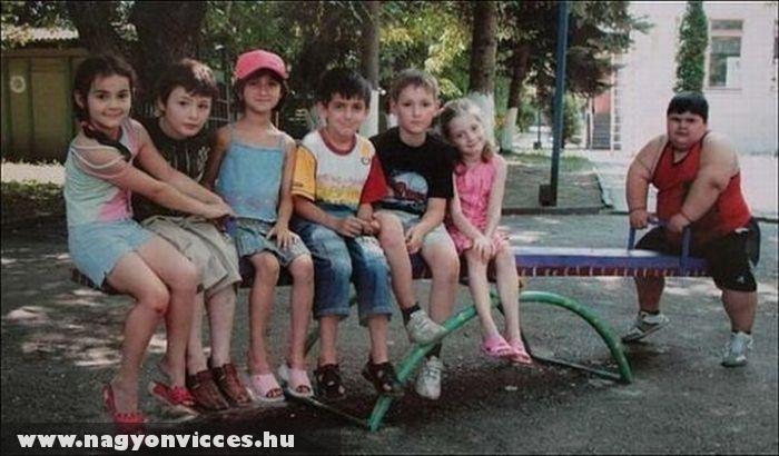 A gyerekek libikókáznak