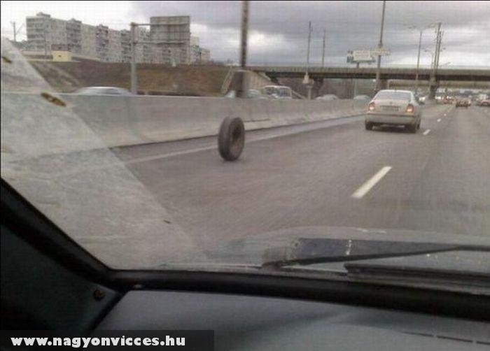 Elhagytak egy kereket az autópályán
