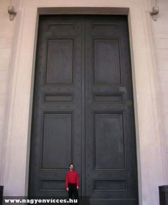 Hatalmas ajtó