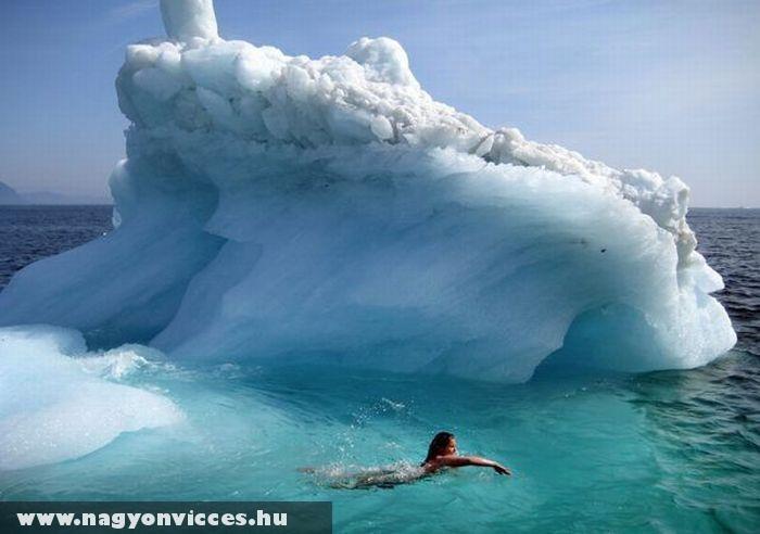Úszás a jéghegynél