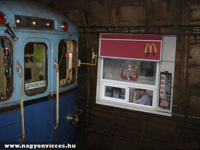 Meki a metróban