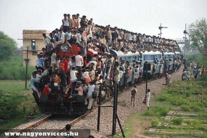 Kívül is megtelt a vonat!