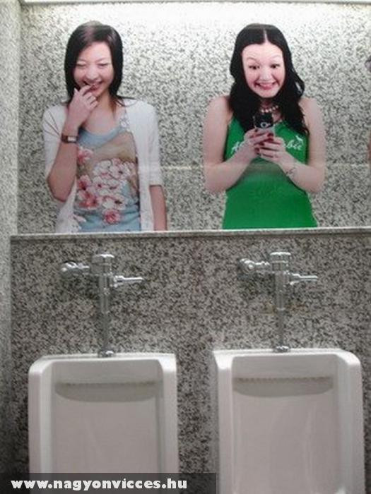 Humoros kép a piszoár felett