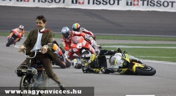Mr Bean a motorversenyzõ