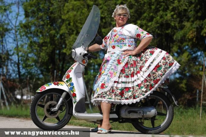 Matyó menyecske motorozik !