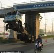 Fennakadt a teherautó